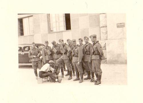 1941. година, немачки војници испред Команде Армије