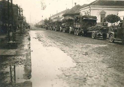 Други светски рат, неидентификована улица, немачки војни транспорт. На полеђини фотографије пише Ниш