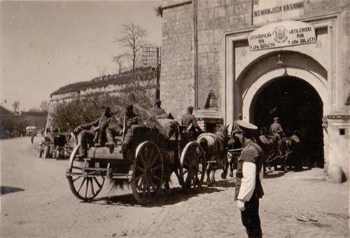 Други светски рат, немачка запрега улази у Тврђаву (пре рата Немањића касарна артиљеријског пука пете