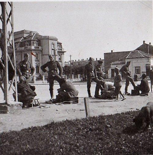 Други светски рат, Трг испред моста. Мислим да је ово била омиљена поза за сликање немачких војника